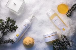 Kosmetyki z bursztynem w zimowej scenerii